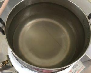 粉寒天が水に溶けた状態の鍋の様子